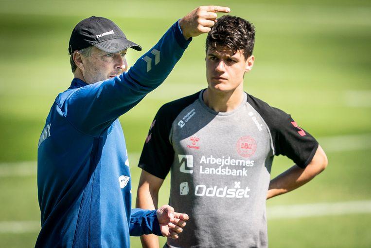 Deens bondscoach Kasper Hjulmand geeft nog wat instructies aan Christian Norgaard in Elsinore. Beeld EPA
