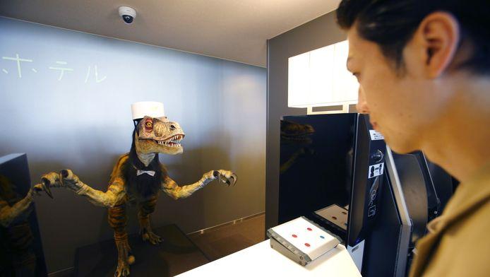 De receptie wordt bemand door een robotdinosaurus.