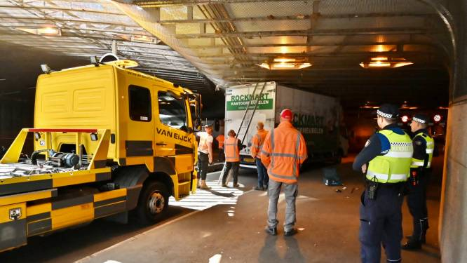 Vrachtwagen rijdt zich vast in 'brokkentunnel' in Arnhemse centrumring