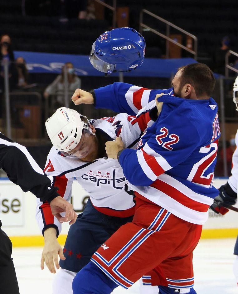 Michael Raffl (Capitals) duikt weg als Anthony Bitetto (Rangers) uithaalt. Beeld AP