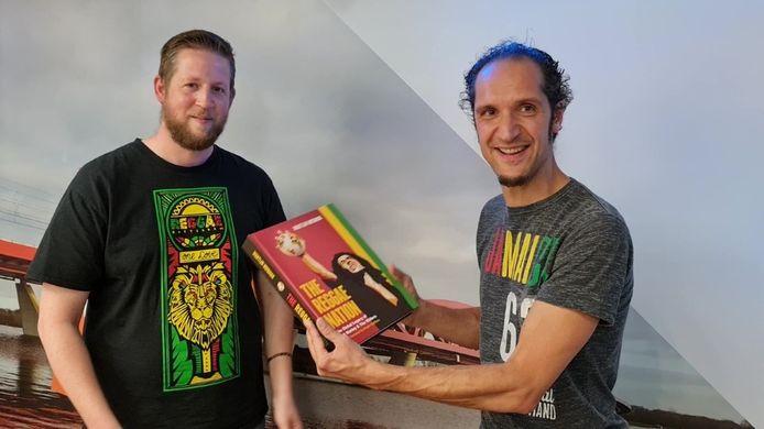 Auteur Martijn Huisman en presentator Niek Hofman met het Marley-boek waar tien jaar aan is gewerkt.