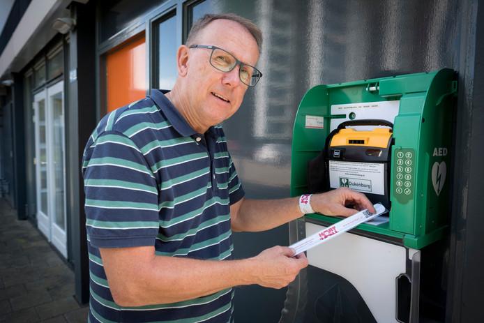 Peter Saras met clickbandjes reanimatie bij een AED in Nijmegen.