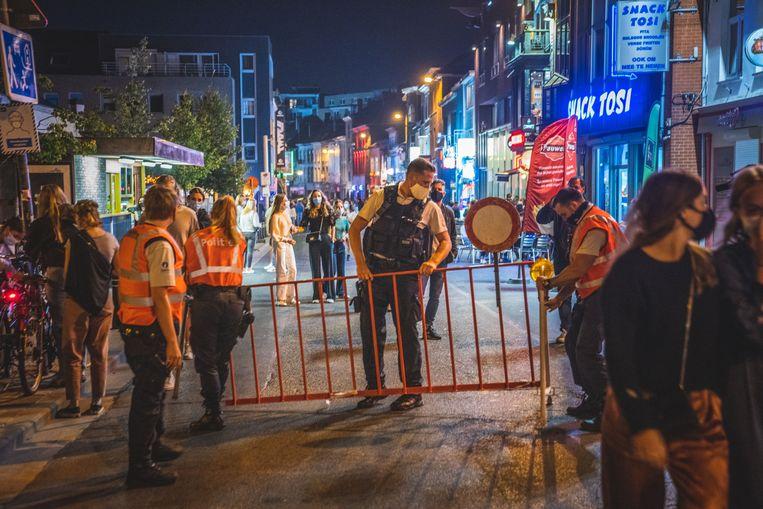 Om 22.30 uur sloot de politie de straat af. Beeld Wannes Nimmegeers