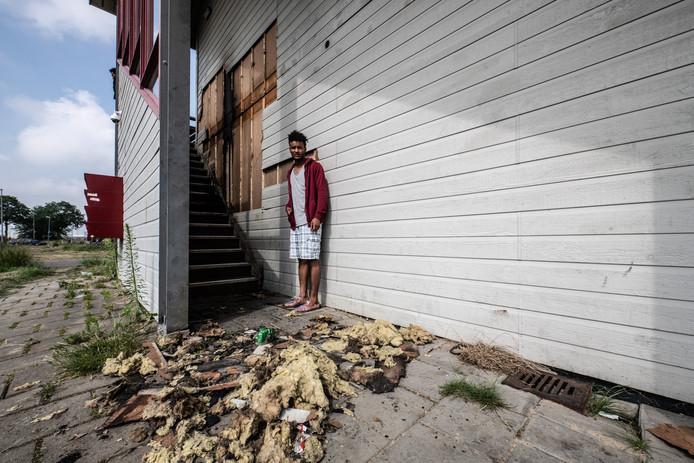 Een van de statushouders van de opvang voor Eritreeërs aan de Griftdijk in Lent. De bewoners zijn hevig geschrokken dat er opnieuw brand is gesticht anderhalve week geleden.
