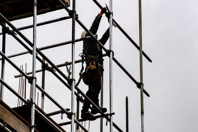 Een bouwvakker aan het werk in Rotterdam. Beeld ANP, Robin Utrecht