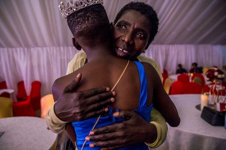 Moeder Teopista feliciteert Sherina met haar derde plaats. Beeld Frederic Noy