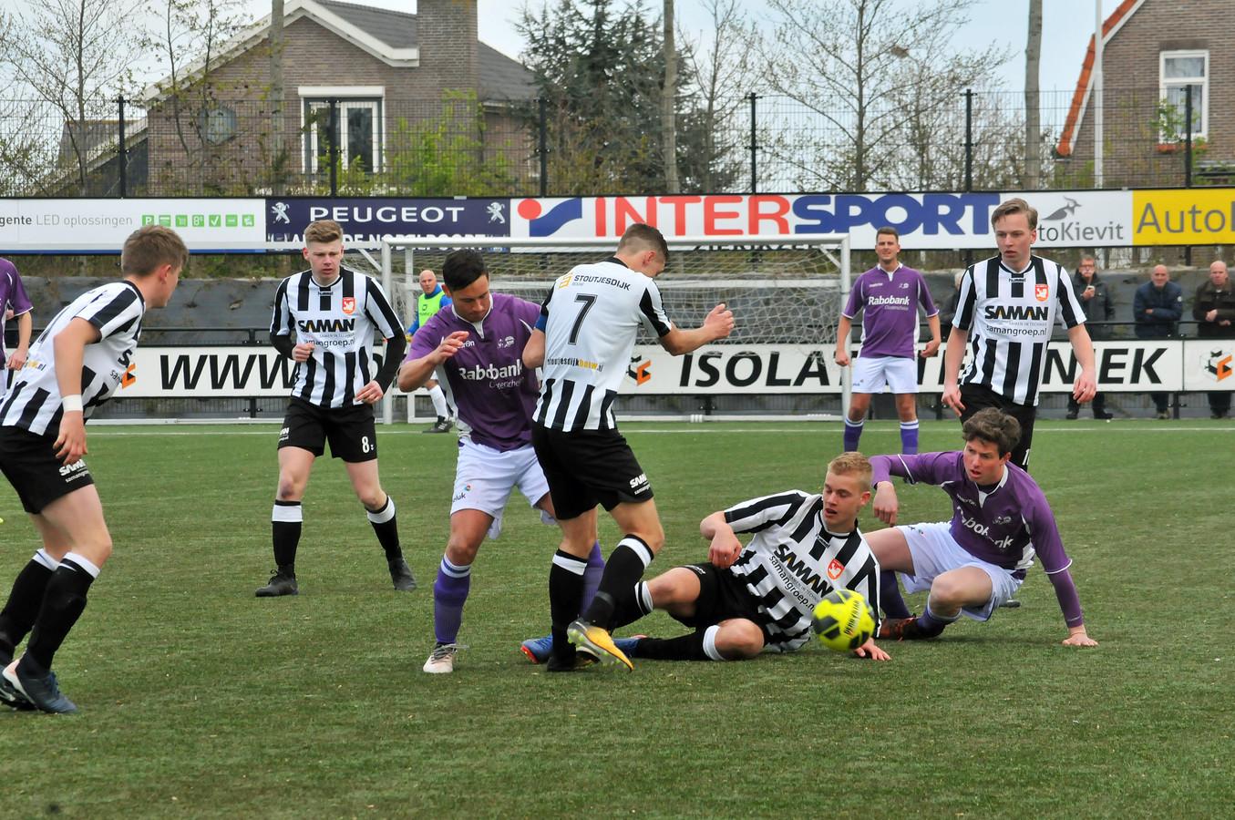 Domenique van den Berge (paars shirt, links) en Mats Willemse (paars shirt, rechts) hielpen Bruse Boys aan een snelle, comfortabele voorsprong.