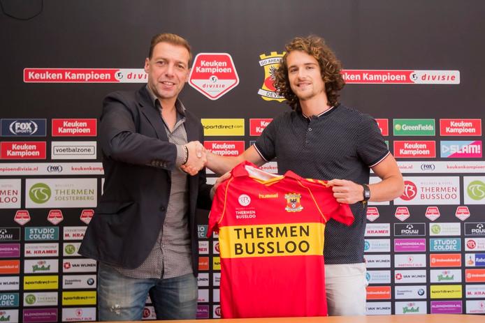 De Amerikaan Mael Corboz (r) maakt samen met teamgenoot Nicolas Abdat transfervrij de overstap van het vierde niveau in Duitsland naar Go Ahead Eagles.