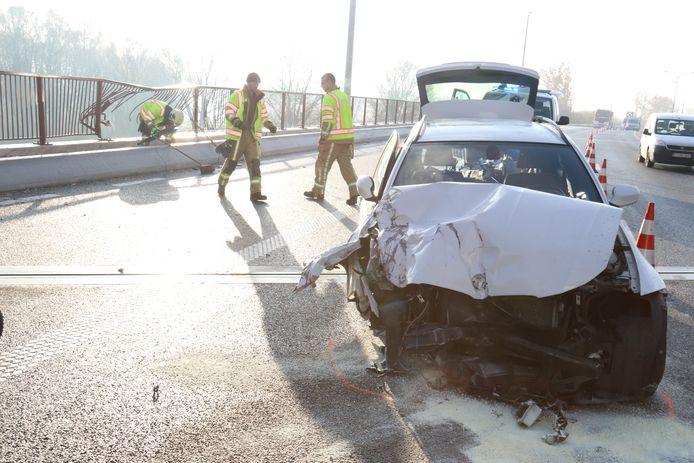 De wagen van de vrouw begon te slippen en kwam tegen de reling van de brug terecht. Gelukkig kwam de wagen opnieuw op de rijbaan terecht in plaats van tientallen meters naar beneden te donderen.