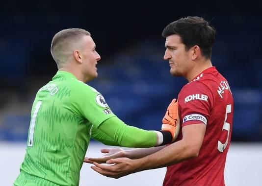 Jordan Pickford en Harry Maguire, teamgenoten bij Engeland, in een verhitte discussie.