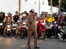 Thaise koning zwicht voor kritiek. Wegen Bangkok niet langer potdicht bij passeren Rama's autocolonne