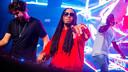Siki als dj live on stage met rapper SXTEEN