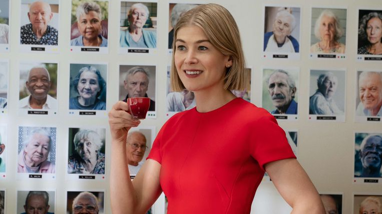 Rosamund Pike in 'I Care a Lot'.  Beeld