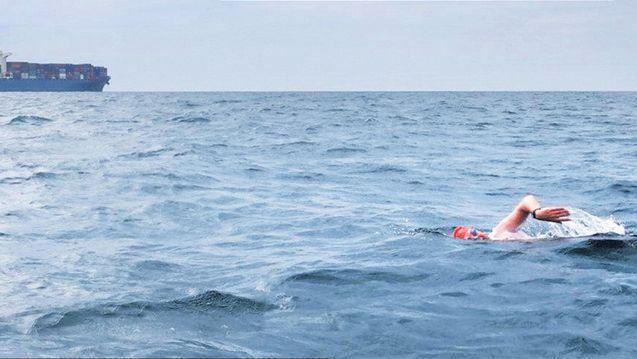 Milko van Gool bezig aan de ijskoude oversteek van Noord-Ierland naar Schotland. Van een dolfijn die hem volgde heeft de Brabander niets gemerkt.