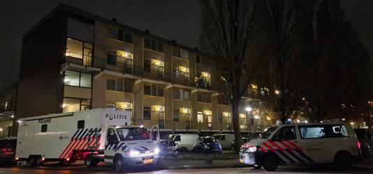 Rond 18.00 uur is een PD-unit gearriveerd bij de flat waar dinsdagmiddag een man is doodgeschoten.