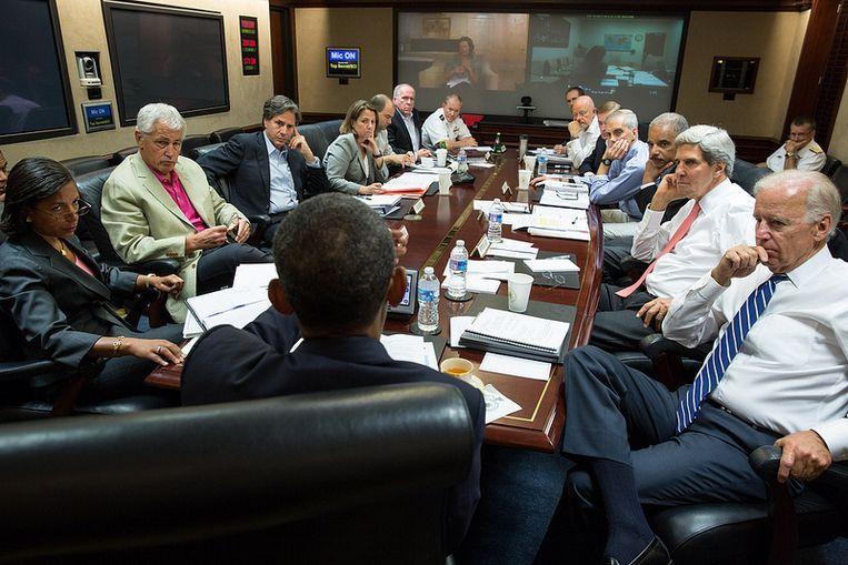 De Amerikaanse president Obama overlegt zaterdagochtend met zijn team voor hij een verklaring aflegt over Syrië. Beeld afp