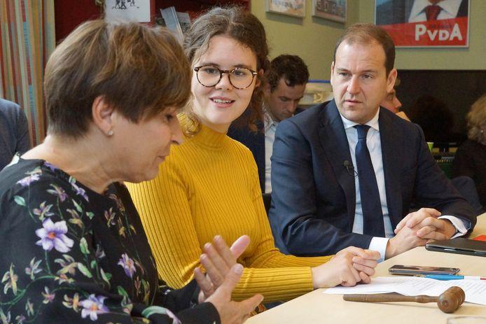 Cyrilein Evertsen tussen PvdA'ers Asscher en Ploumen in tijdens de vergadering