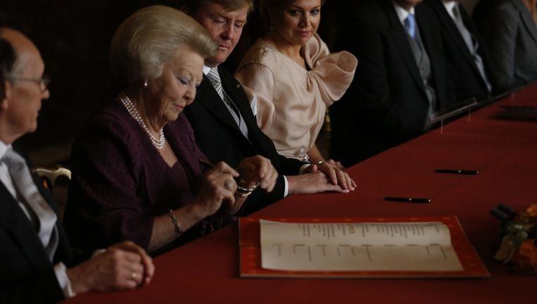 Koningin Beatrix ondertekent in de Vroedschapskamer (Mozeszaal) van het Koninklijk Paleis de Akte van Abdicatie Beeld anp