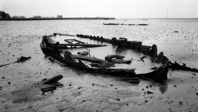 Sommige scheepswrakken zijn bij laag water te zien.