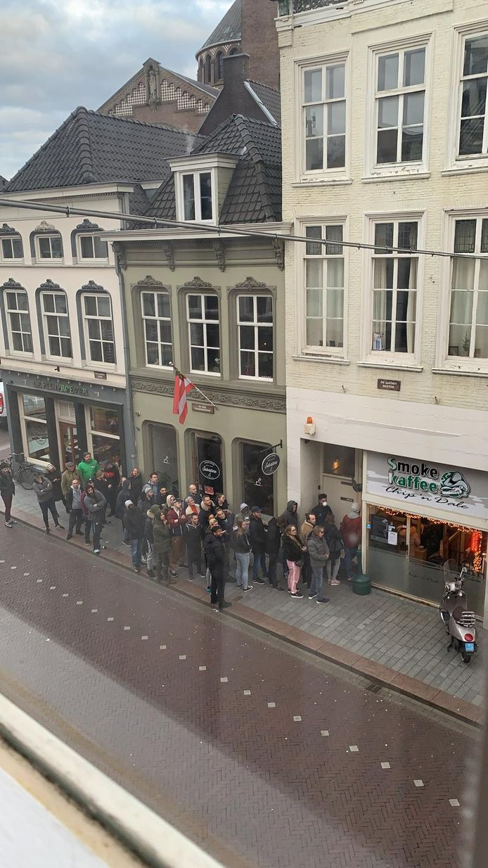 Rij bij coffeeshop Chip 'n Dale in Den Bosch.