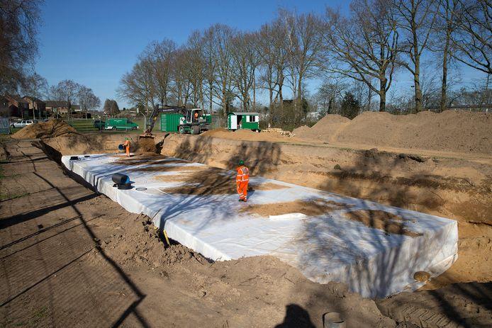 De bekisting voor wateropvang onder de nieuwe parkeerplaats bij FC Bergh in aanleg.