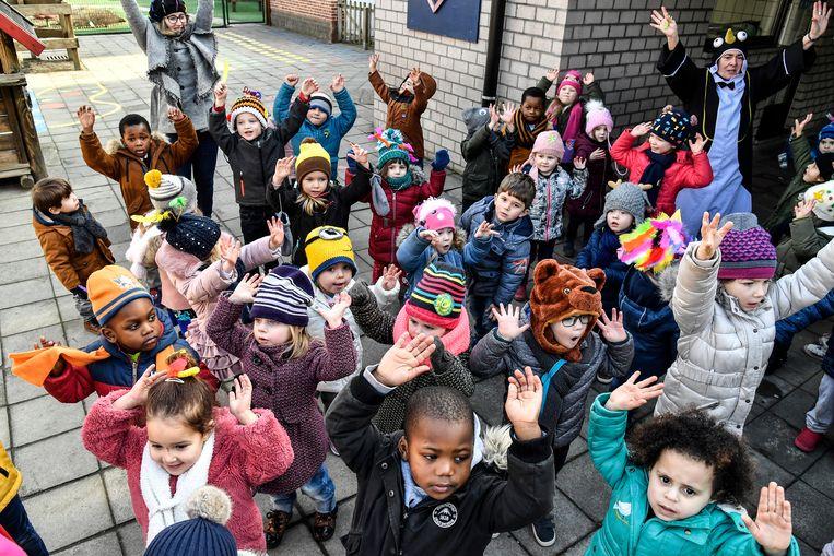"""Kinderen van De Schakel namen in februari met een zotte mutsen-fuif nog deel aan Dikke Truien-dag. """"Maar dat kan het wel alle weken zijn door defecte verwarming"""", haalt gemeenteraadslid Stefaan Van Gucht uit."""