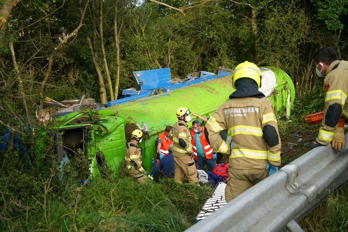 De vrachtwagen is over de vangrail van de A12 bij Zevenaar geslagen.