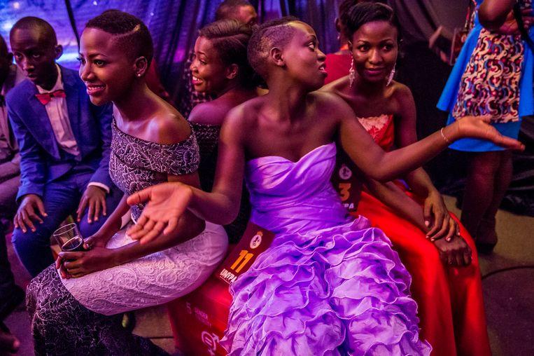 Backstage op vrijdag 23 november bij de jaarlijkse schoonheidswedstrijd voor jongeren met hiv in Oeganda. Beeld Frederic NOY