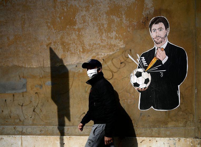 Juventusvoorzitter Andrea Agnelli op een graffitiwerk van kunstenaar Laika vlak bij het kantoor van de Italiaanse voetbalbond in Rome. Beeld FILIPPO MONTEFORTE/AFP