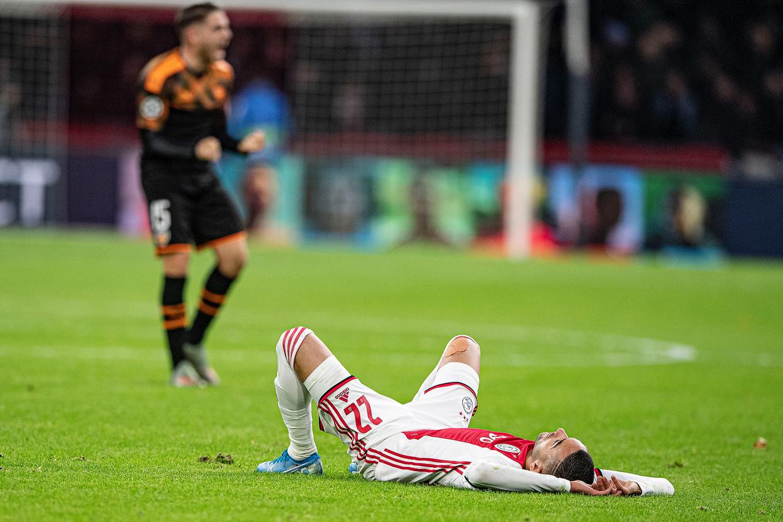 Hakim Ziyech ligt verslagen op het veld nadat Ajax is uitgeschakeld in de Champions League. Beeld Guus Dubbelman / de Volkskrant