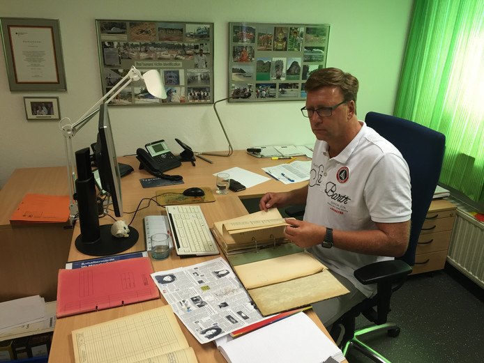 Ekhard Klemp bekijkt het dossier van de Münsterland moorden op zijn kantoor in Lingen.