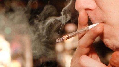 """Mama getuigt over zoon (15) die cannabis rookt: """"Eerst om stoer te doen, nu kan hij niet meer zonder"""""""