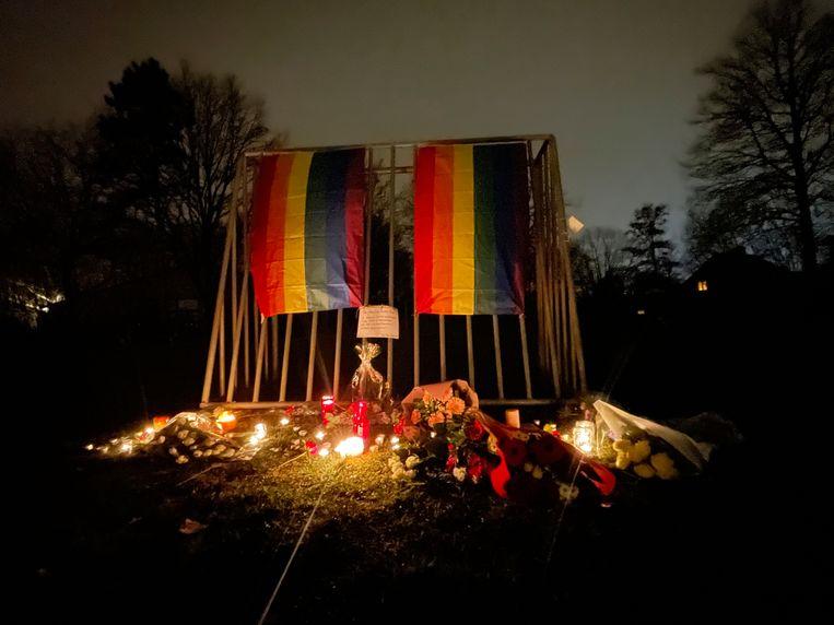 Kaarsen en regenboogvlaggen bij het park waar de 42-jarige David Polfliet omkwam.  Beeld BELGA