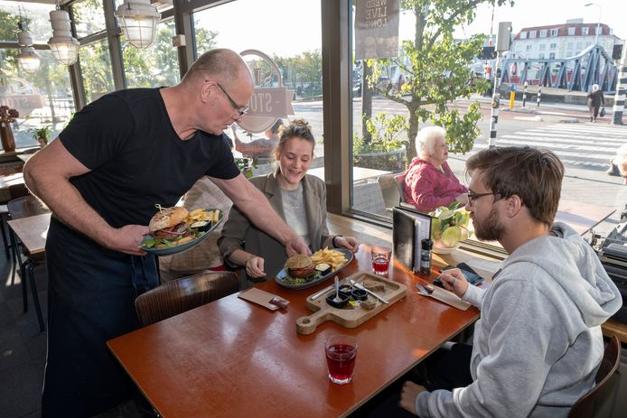 Chef/eigenaar Ivo van de Walle serveert burgers.