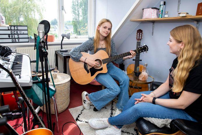 Aurelia Dekker speelt een deuntje in de muziek kamer. Samen met haar zus Franciska.