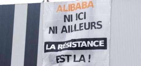 """Une bannière déployée sur l'un des futurs entrepôts d'Alibaba: """"Ni ici, ni ailleurs"""""""