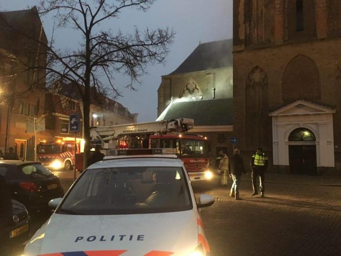 Brandweer en politie bij de Bovenkerk in Kampen. Foto: GinoPress