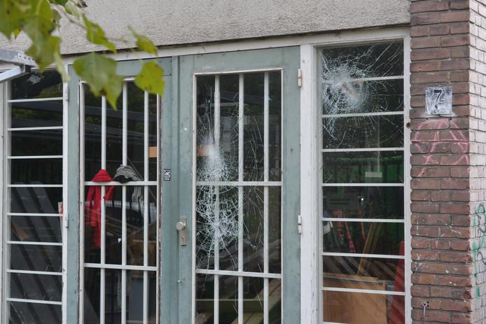 De deur van het pand waar gisteravond een bijeenkomst van Kick Out Zwarte Piet plaatsvond, is zwaar gehavend doordat de ruiten zijn ingegooid.