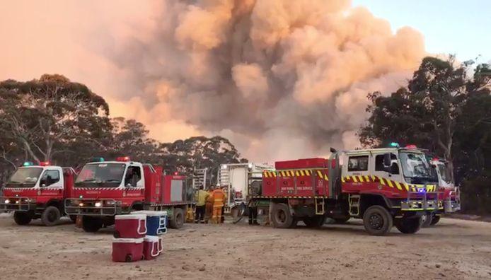 Brandweerlieden bestrijden het vuur in Newnes Plateau, New South Walles