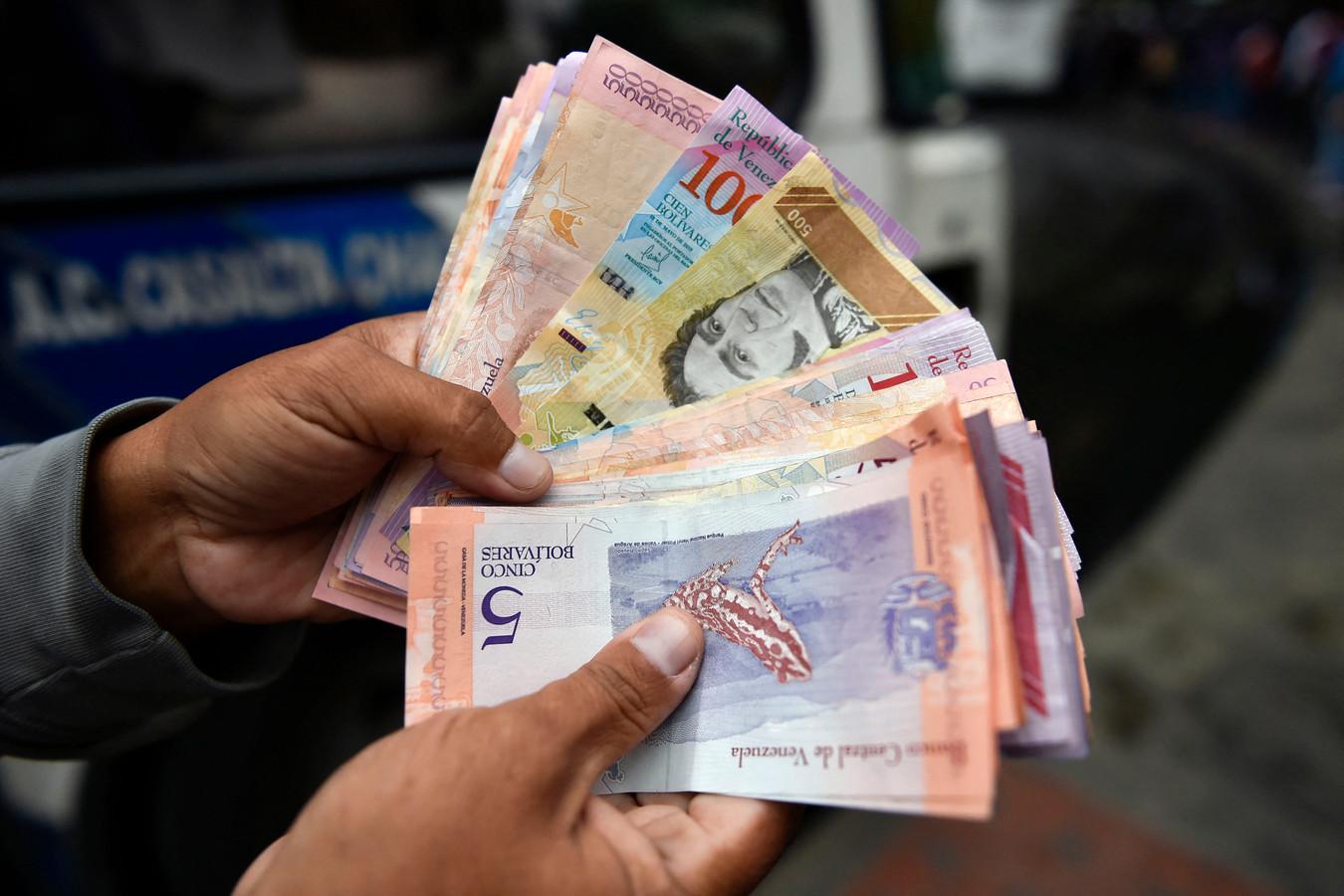 De verschillende Venezolaanse bankbiljetten zijn tegenwoordig zo weinig waard, dat ze amper nog gebruikt worden.