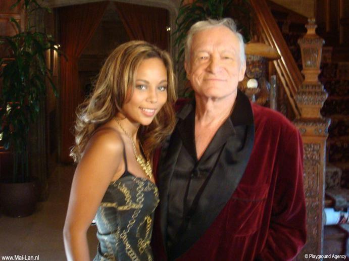 ai-Lan in 2008 met Hugh Hefner in zijn Playboy Mansion nabij Beverly Hills.