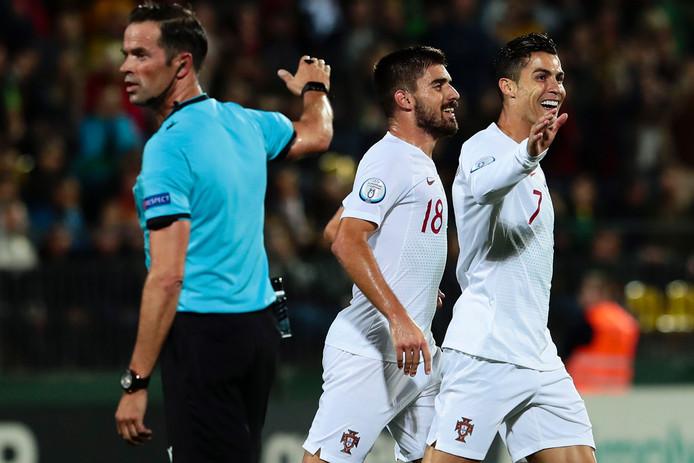 Ronaldo (rechts) viert een van zijn vier treffers tegen Litouwen. Links scheidsrechter Bas Nijhuis.