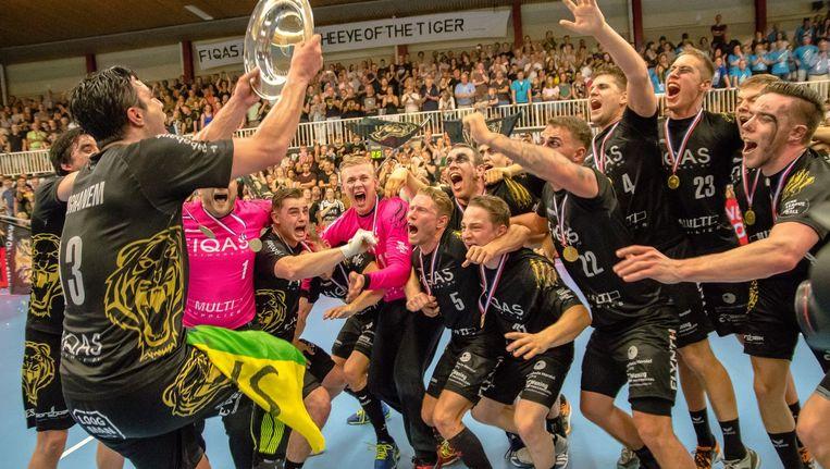De handballers van Aalsmeer met hun eerste kampioensschaal in negen jaar. Beeld Nederlands Handbal Verbond