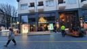 Uit angst voor avondklokrellen worden in Houtmarkt Breda winkels gebarricadeerd