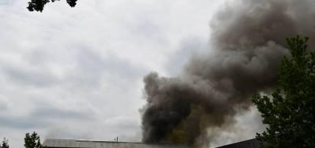 Grote brand in bedrijfsgebouw in Vroomshoop onder controle