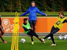 Louis van Gaal weer als vertrouwd in trainingspak: 'Passen-trappen hoort bij het Nederlands voetbal'
