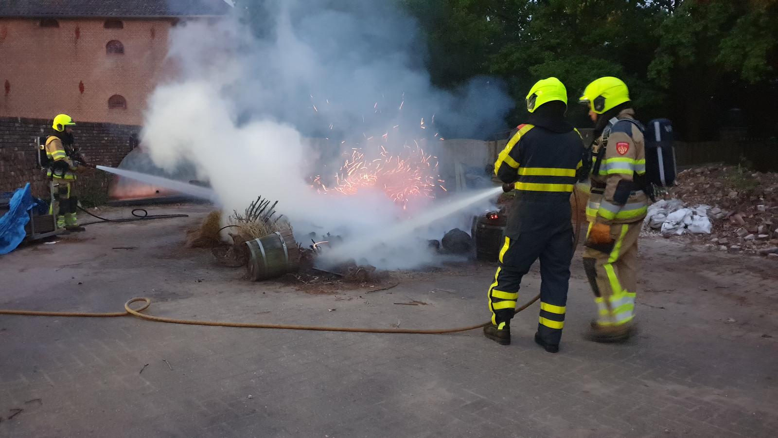 Brandweerlieden blusten het vuur.