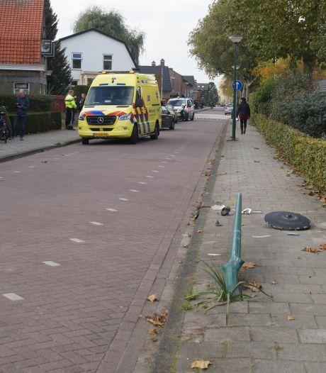 Automobilist rijdt lantaarnpaal uit de grond in Sprang-Capelle en moet naar ziekenhuis