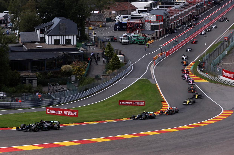 Een beeld zoals de laatste weken wel vaker te zien is: Hamilton gaat op Spa-Francorchamps aan kop, gevolgd door teamgenoot Bottas en Verstappen. Beeld AP