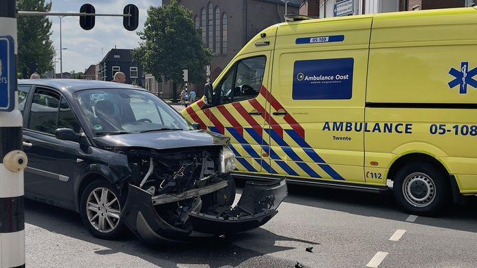 Veel schade bij een aanrijding tussen twee auto's op het kruispunt Steenstraat/Spoorstraat/Beatrixstraat/Berkstraat in Oldenzaal.